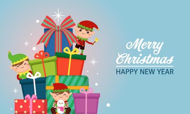 Słodkie małe elfy z dużym stosem świątecznych prezentów