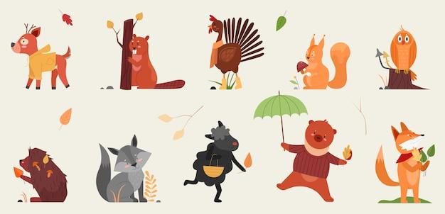 Słodkie zwierzę w jesień zestaw ilustracji. kreskówka ręcznie rysowane jesiennej kolekcji leśnej ze śmiesznymi zwierzętami trzymającymi symbole sezonu jesiennego, jeleń bóbr kogut jeż wiewiórka sowa lis lis owca niedźwiedź