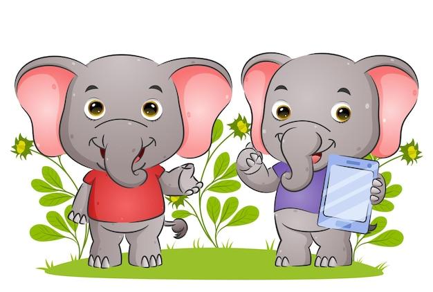 Słoń para wyjaśnia i trzyma tablet z ilustracją szczęśliwego wyrażenia