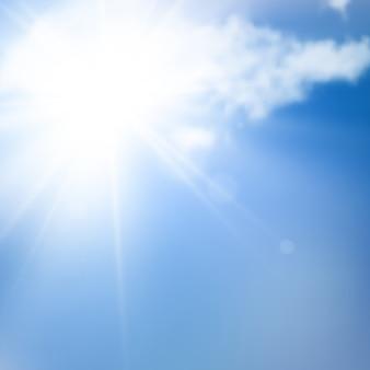 Słońca światło i niebieskie niebo z chmurami. lato tło.