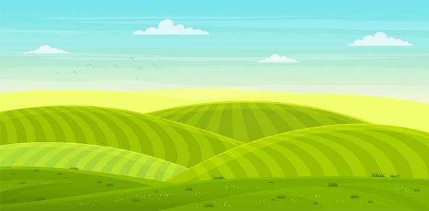 Słoneczny wiejski krajobraz ze wzgórzami i polami. letnie zielone wzgórza, łąki i pola o świcie, błękitne niebo w chmurach.