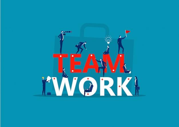 Słowo pracy zespołowej. mali ludzie wspólnie budują słowo pracy zespołowej. tworzenie projektu biznesowego.