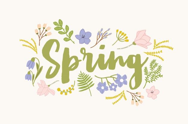 Słowo wiosna ręcznie pisane elegancką kursywą kaligraficzną czcionką i otoczone pięknymi kwitnącymi kwiatami i liśćmi. wspaniałe sezonowe literowanie na białym tle. ilustracja