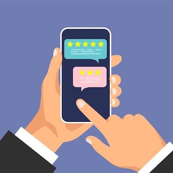 Smartfon z oceną recenzji na ekranie