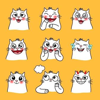 Śmiejąc się emotikony kota. kreskówka szczęśliwe zwierzęta z dużymi oczami, słodkie emocje zwierząt domowych, ilustracja wektorowa kochających i uśmiechniętych kotów na żółtym tle