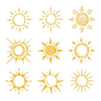 Śmieszne doodle lato uśmiech ikony pomarańczowego słońca. żółte gorące słońce, ilustracja jasnego letniego porannego słońca