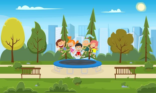 Śmieszne dzieci wskakują na trampolinę w parku miejskim.