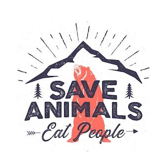 Śmieszne logo kempingu - uratuj zwierzęta jedzą ludzi. godło przygody w górach. wilderness plakat z niedźwiedziem, górami, drzewami.