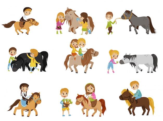 Śmieszne małe dzieci jeżdżące na kucykach i dbające o zestaw koni, sport jeździecki