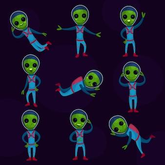 Śmieszni zieleni kosmici z dużymi oczami w błękitnych skafandrach kosmicznych, pozaziemskie pozytywne postacie w różnych pozach kreskówek