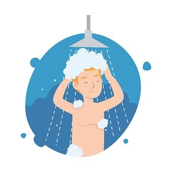 Śmieszny młody człowiek bierze prysznic w łazience