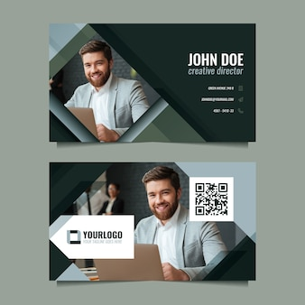 Smiley biznesmen odwiedzając szablon karty