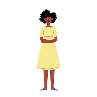 Smutna african american młoda kobieta stojąc i krzyżując ramiona