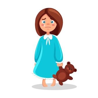 Smutna mała dziewczynka płacze i trzyma zabawkę misia