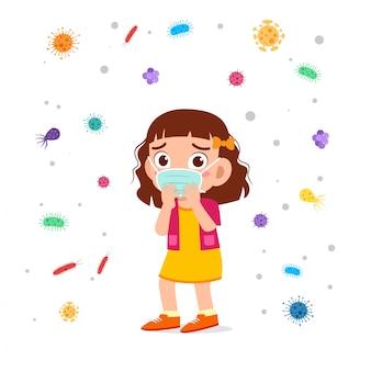 Smutna śliczna dzieciak dziewczyna kaszel używa maskę