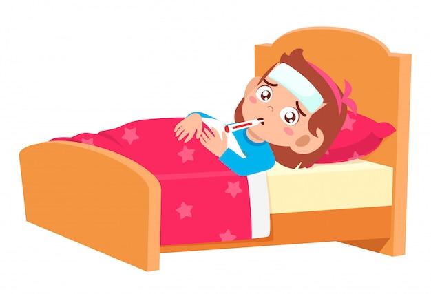 Smutna słodka dziewczynka leżała w łóżku chora