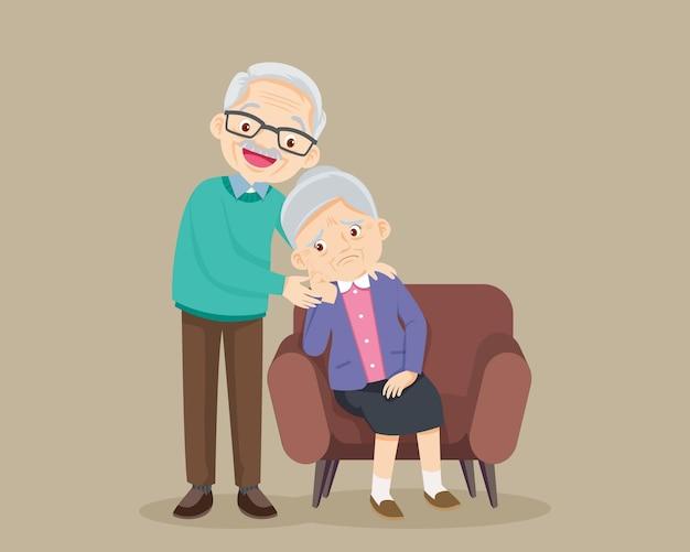 Smutna starsza kobieta znudzony, smutny starszy kobieta siedzi i starszy mężczyzna pociesza ją