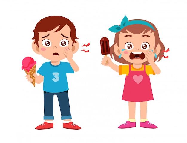 Smutne słodkie dzieci chore cierpią na ból zęba