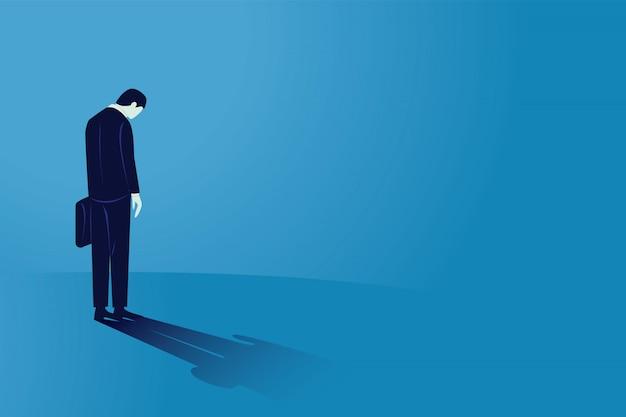 Smutny biznesmen patrzeje w dół, tylni widok. człowiek czuje się samotny i ma presję psychiczną lub stres. bankructwo w wyniku globalnej recesji gospodarczej