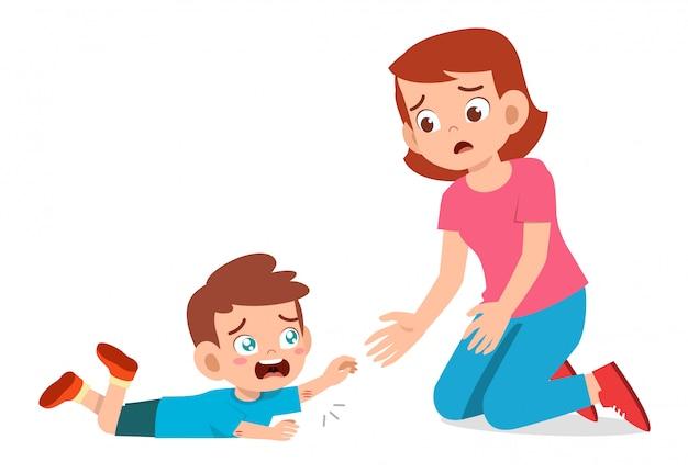 Smutny chłopiec dziecko płacze z matką