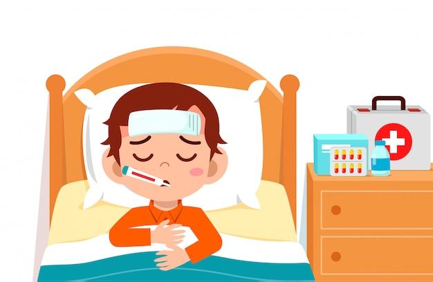 Smutny, słodki chłopiec leżał w łóżku chory