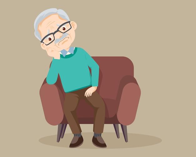 Smutny starszy mężczyzna siedzi samotnie na kanapie