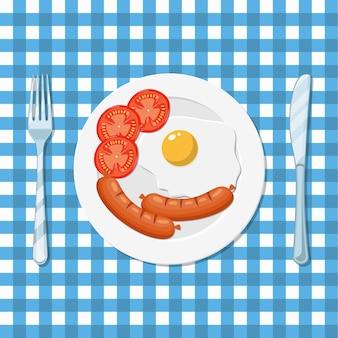 Śniadanie, talerz z jajkiem sadzonym i kiełbasą
