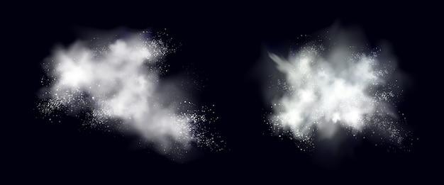 Śnieżna eksplozja białego proszku, lód lub płatki śniegu rozpryskują chmury