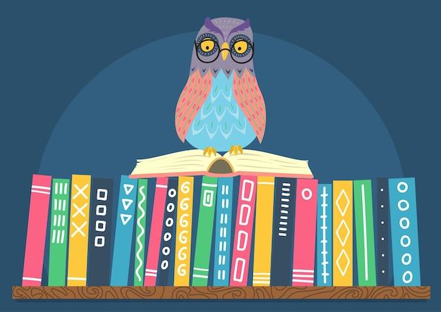 Sowa siedzi na otwartej książce na półce z książkami