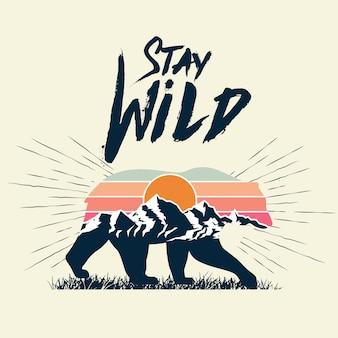 Spacerująca sylwetka niedźwiedzia z efektem podwójnej ekspozycji krajobrazu górskiego i pozostań dzikim podpisem.
