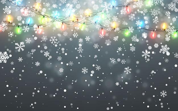 Spadające białe płatki śniegu na ciemnym tle