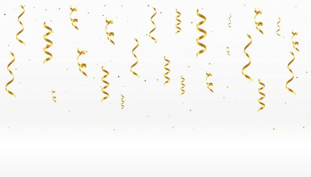 Spadające złote wstążki konfetti na białym tle