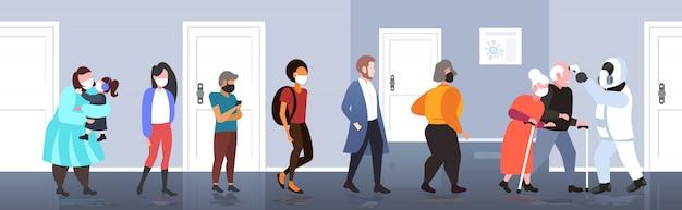 Specjalista w kombinezonie hazmat sprawdzanie temperatury starszy mężczyzna kobieta para rozprzestrzeniania się zarażenia koronawirusem epidemia wirus mers-cov wuhan 2019-ncov pandemia ryzyko zdrowotne koncepcja pełnej długości wektor ilust