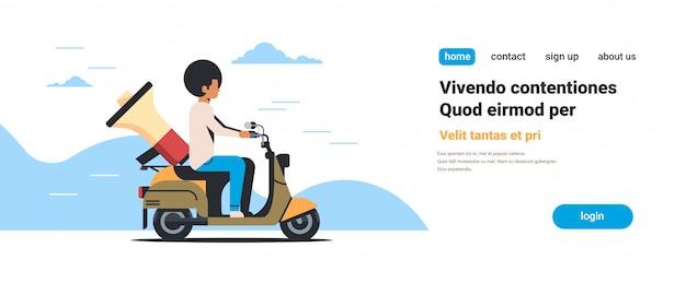 Spiker człowiek jazda skuterem z ogłoszeniem informacji megafon