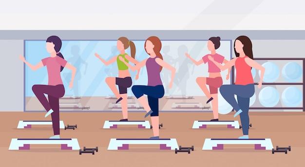 Sport kobiet grupa robi przysiady na kroku platformy dziewczyny trenuje w siłowni aerobik nogi trening zdrowy styl życia koncepcja płaski nowoczesny klub zdrowia studio wnętrze wnętrze poziome