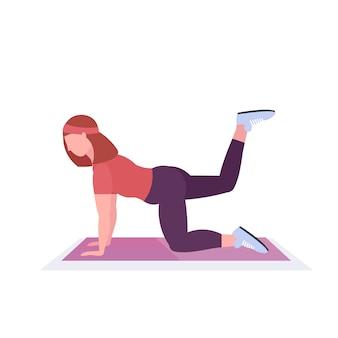 Sport kobieta robi ćwiczenia fitness na matę do jogi dziewczyna trening w siłowni aerobik trening zdrowy styl życia koncepcja białe tło