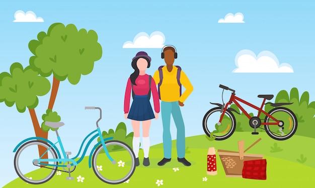 Sport rekreacyjni ludzie para jeżdżą bicykle i plenerową pykniczną wektorową ilustrację. mieszane rasy sportowców para relaks po przejażdżce rowerem. rowery, kosz piknikowy