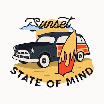 Sportowa typografia surferska, koszulka z cytatem - sunset state of mind. z samochodem do surfowania i deską surfingową na plaży. zapas na białym tle