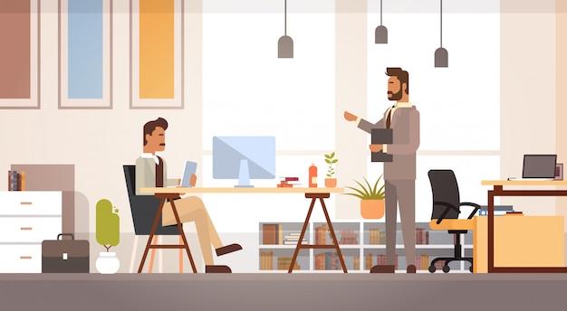 Spotkanie dwóch ludzi biznesu omawianie biurka biznesmeni pracy