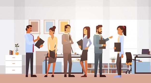 Spotkanie grupy ludzi biznesu omawiając office businesspeople pracy burzy mózgów