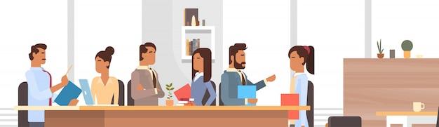 Spotkanie grupy ludzi biznesu omawianie biurka biznesmeni praca burza mózgów