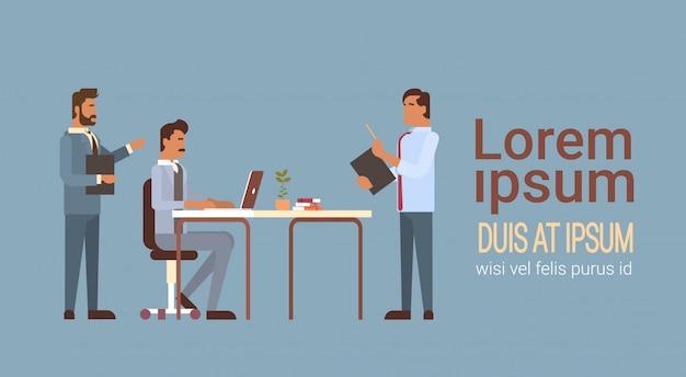 Spotkanie grupy ludzi biznesu omawianie biurka biznesmeni praca