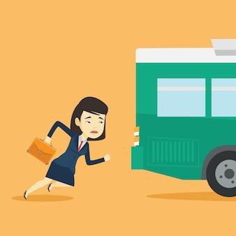 Spóźniona kobieta biega do autobusu.