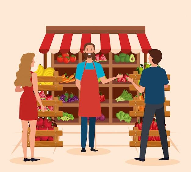 Sprzedawca w sklepie naturalnym z klientami kobiet i mężczyzn