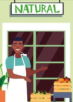 Sprzedawca z naturalną fasadą sklepu ze świeżymi owocami