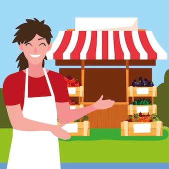 Sprzedawca z stoiskiem stoiska warzyw sklepowych
