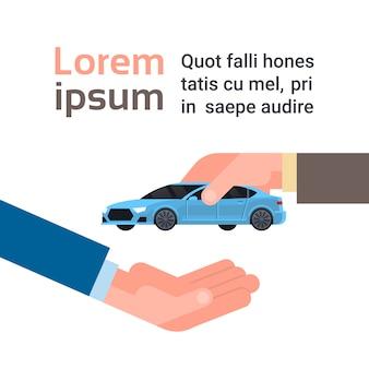 Sprzedaż samochodu lub koncepcja wynajmu, sprzedawca ręcznie człowieka, dając pojazd właścicielowi