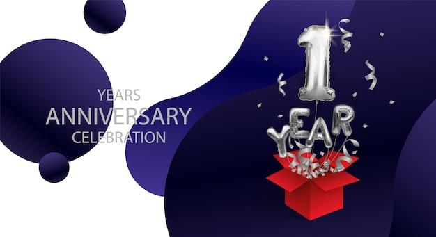 Srebrny numer 1 jedna metalowa kula. balony urodzinowe z okazji urodzin lecą po wyjęciu z pudełka ze streamerem.