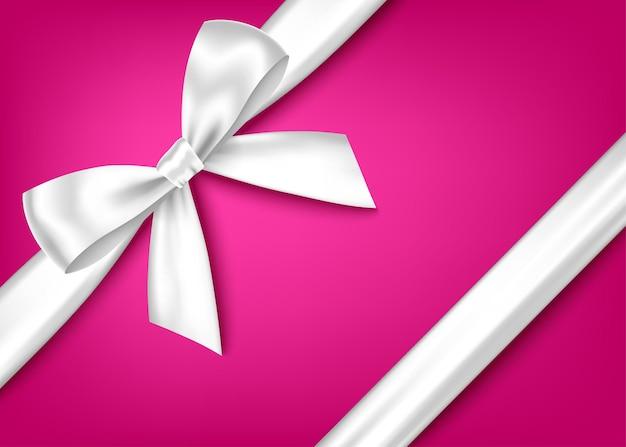 Srebrny realistyczny łuk na prezent z poziomą wstążką na różowym tle
