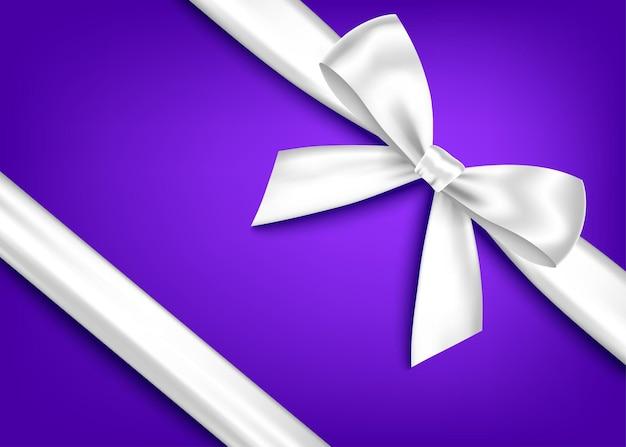 Srebrny realistyczny prezent łuk z poziomą wstążką na białym tle na niebieskim tle. element projektu wakacje wektor baner, karty z pozdrowieniami, plakat.